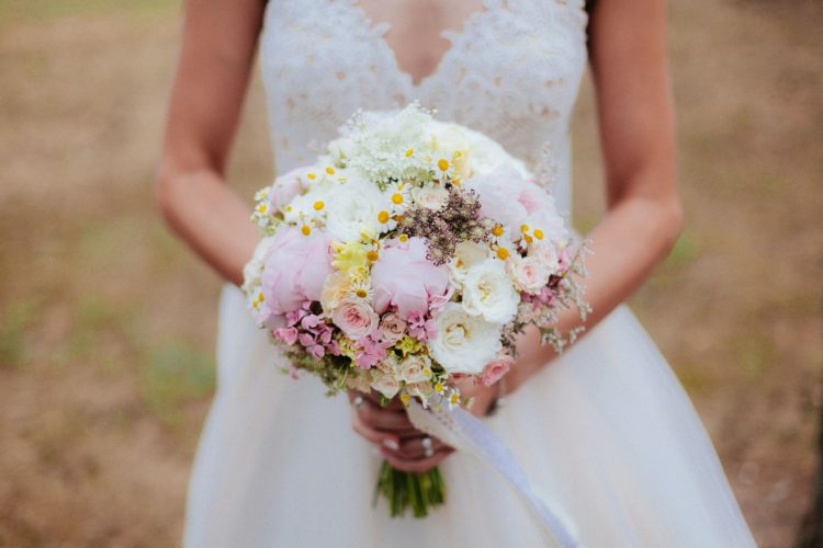 Svatební kytice je součástí každé nevěsty